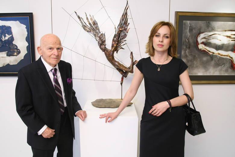 Sukces w cieniu Mont BlancProjektant słynnych ćmielowskich figurek, ale też wielki rzeźbiarz i malarz Lubomir Tomaszewski przy jednej swoich prac na