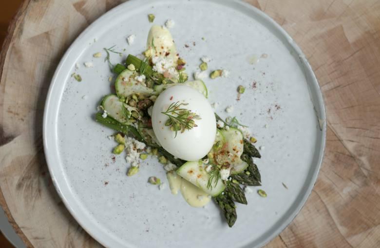 Idealnym uzupełnieniem jajek pod względem smakowym i odżywczym stanowią zielone warzywa. Warto korzystać zwłaszcza z tych sezonowych, które w szczycie
