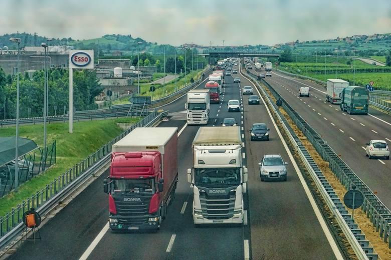 Wybierasz się w podróż za granicę? Planujesz jazdę autostradami? Tutaj znajdziesz garść ważnych informacji oraz ciekawostek dotyczących autostrad w krajach