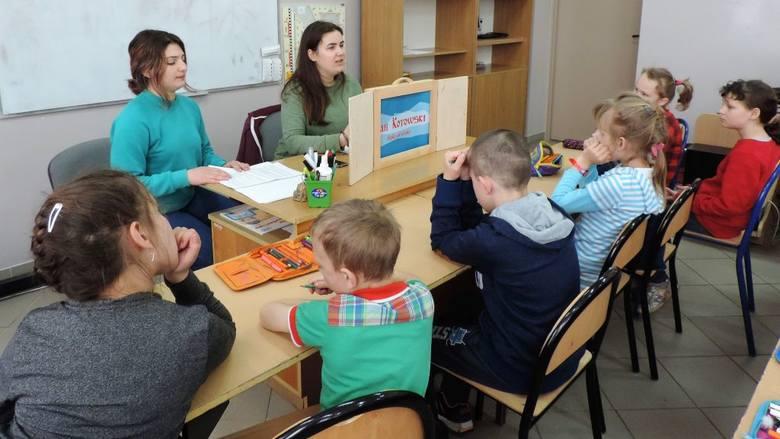 Wolontariuszki europejskie przygotowały dla dzieci z gminy Dąbrowa teatr
