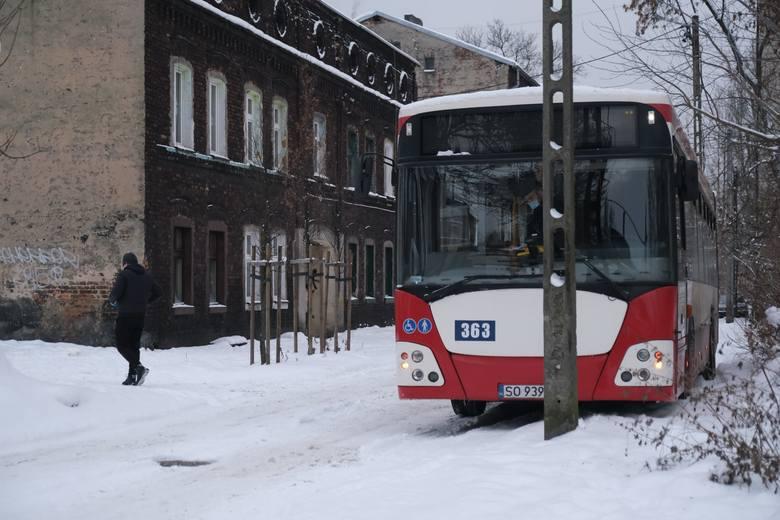 Po ulicach Sosnowca jeździ CiepłoBus. Można się tutaj ogrzać i zjeść coś ciepłego.Zobacz kolejne zdjęcia. Przesuwaj zdjęcia w prawo - naciśnij strzałkę