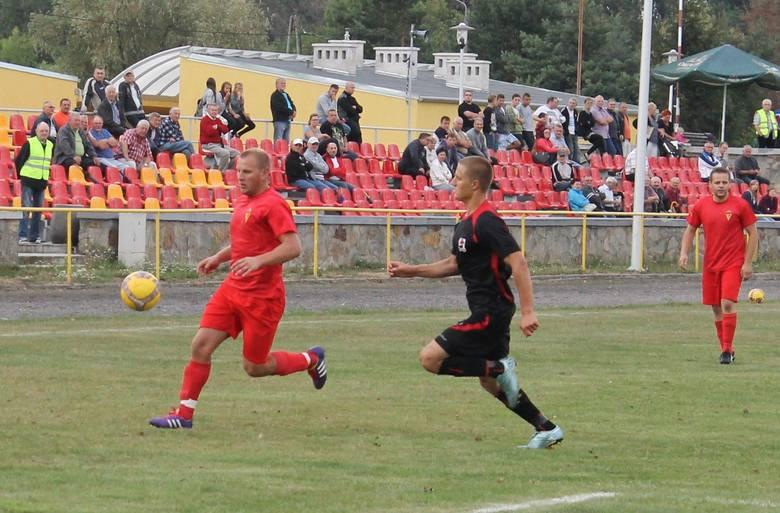 Rafał Bobiński (z piłką) zdobył jedyną bramkę w meczu.