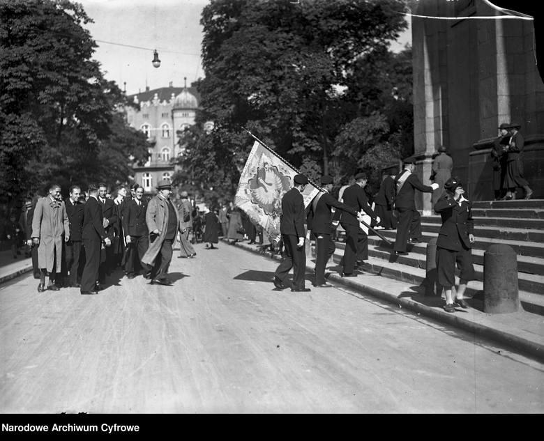 1936Rozpoczęcie roku szkolnego w Krakowie. Uczniowie szkół średnich ze sztandarami szkolnymi w drodze na nabożeństwo do kościoła.