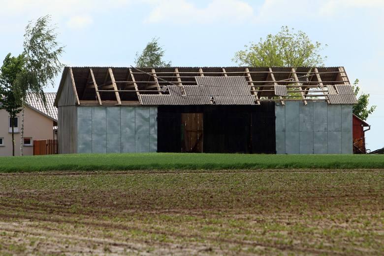 Zerwane dachy, połamane konary, powalone słupy. Żywioł spustoszył gminy Wojciechów i Konopnica