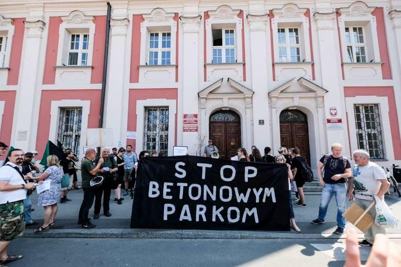 Czerwiec 2018 roku, protest przed poznańskim magistratem przeciwko betonowaniu terenów zielonych, w tym inwestycji planowanej na Starołęce