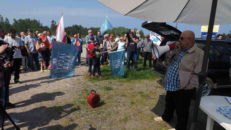W sobotę o godzinie 11 przy Kanale Jamneńskim zebrał się tłum mieszkańców nie tylko z Mielna i Unieścia, ale także z Koszalina i innych okolicznych miejscowości.