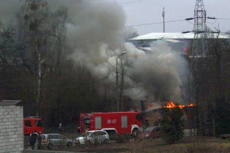 Ul. Dolistowska. Pożar opuszczonego domu. W środku mogli być bezdomni (zdjęcia)