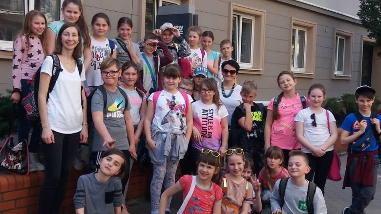 W naszych progach we wtorek powitaliśmy grupę 27 uczniów z SP w Ślesinie wraz z paniami nauczycielkami. Dzieci odwiedziły nasze studio telewizyjne, gdzie