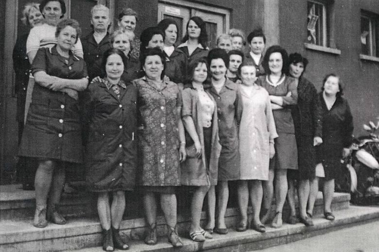 90 procent załogi spółdzielni Oleśnianka stanowiły kobiety. Na zdjęciu pracownice z 1974 roku. W oleskim zakładzie pracowało wówczas 356 osób.
