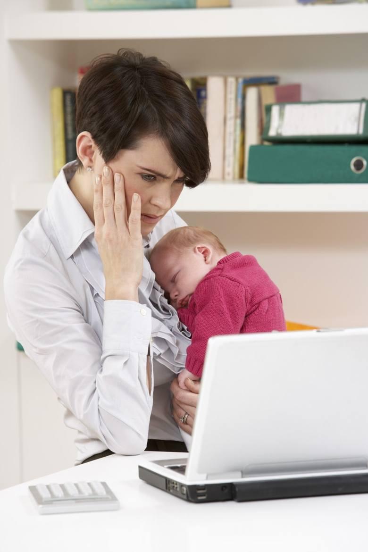 1 na 3 osoby pracujące z domu przyznaje, że nie ma stałego kącika z biurkiem i fotelem. Do pracy wykorzystujemy kuchenny stół, kanapę w salonie albo