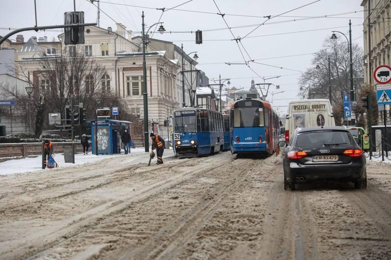 Na ulicach Krakowa nadal panują trudne warunki i ruch jest utrudniony. W wielu miejscach tworzą się korki samochodowe.