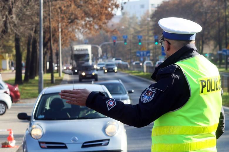Korzystanie podczas jazdy z telefonu wymagające trzymania słuchawki lub mikrofonu w ręku przez kierującego pojazdem. Mandat – 200 zł, 5 punktów karn
