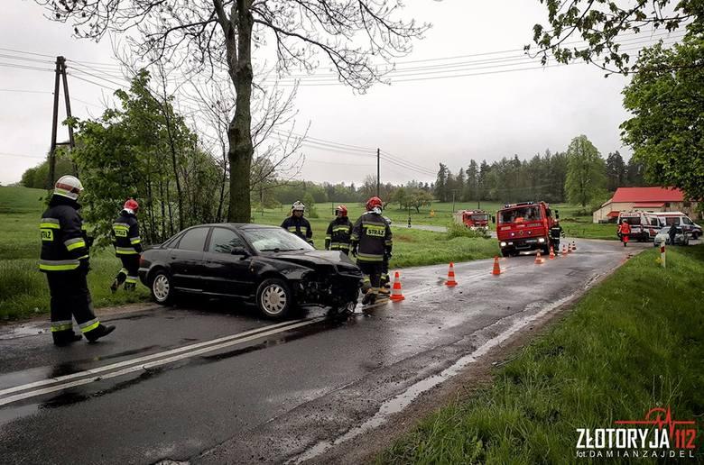 Audi wpadło w poślizg i uderzyło w drzewo [ZDJĘCIA]