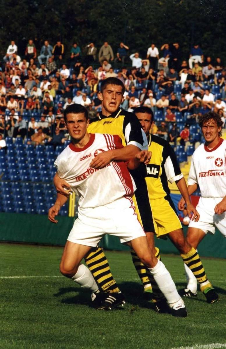 2.09.1999, I runda Pucharu Ligi, Wisła - Ruch Radzionków: Brożek przytrzymywany przez rywala. To był jego debiut w I drużynie Wisły