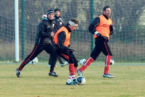 Przy piłce Mladen Kascelan, który nie grał w reprezentacji Czarnogóry  w meczach barażowych z powodu przeziębienia. Obok Michał Łabędzki  i Marcin Mięciel.