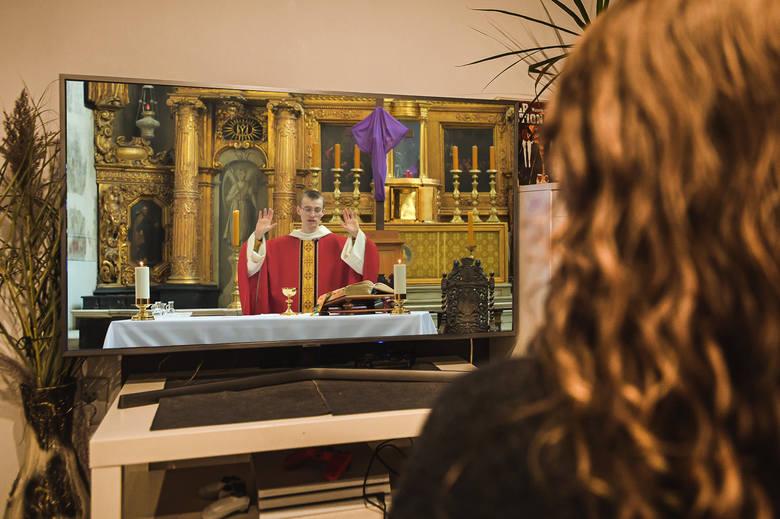 Transmisja mszy świętej na żywo - jak się zachować, oglądając liturgię w internecie i telewizji? Czym jest duchowa komunia święta?