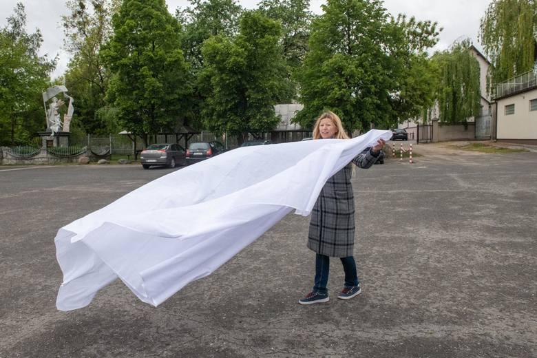 """Działacze """"Wiosny"""" przygotowali płachtę, którą chcieli zakryć fragment pomnika przedstawiający księdza-pedofila. Ale uprzedzili ich księża Marianie, którzy kilka godzin przed konferencją zasłonili cały pomnik."""