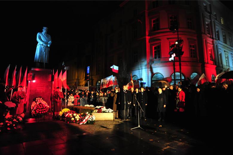 Święto Niepodległości 2015. Jarosław Kaczyński i uczestnicy smoleńskiego Marszu Pamięci przed pomnikiem Józefa Piłsudskiego na placu Piłsudskiego