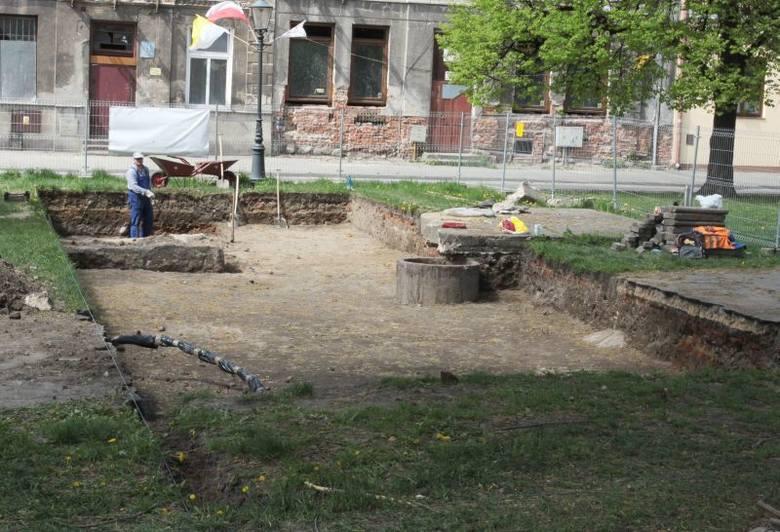 W Rynku badania prowadzone przez spółkę rewitalizacja mają doprowadzić do znalezienia pozostałości średniowiecznego ratusza i innej zabudowy.