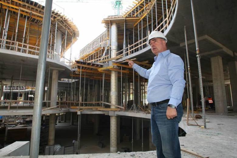 W tym momencie na budowie pracuje 380 osób, ale gdy zaczną się prace wykończeniowe, będzie tutaj ponad 2000 osób - mówi Stanislaw Kowal, kierownik budowy