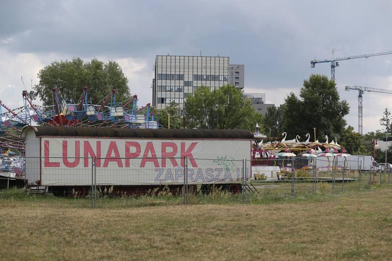 """Wrocławskie wesołe miasteczko """"Lunapark Lorenco"""" działające na pl. Społecznym już niedługo zniknie z mapy miasta. Miasto, które jest"""