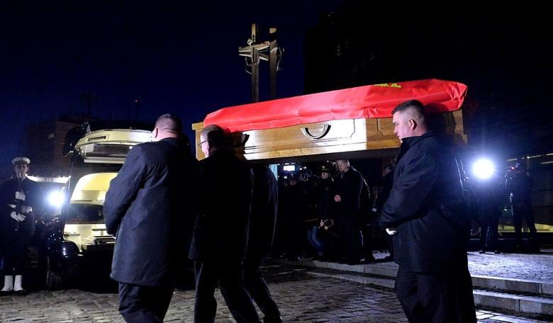 Kondukt żałobny z trumną śp. prezydenta Pawła Adamowicza z ECS do Bazyliki Mariackiej