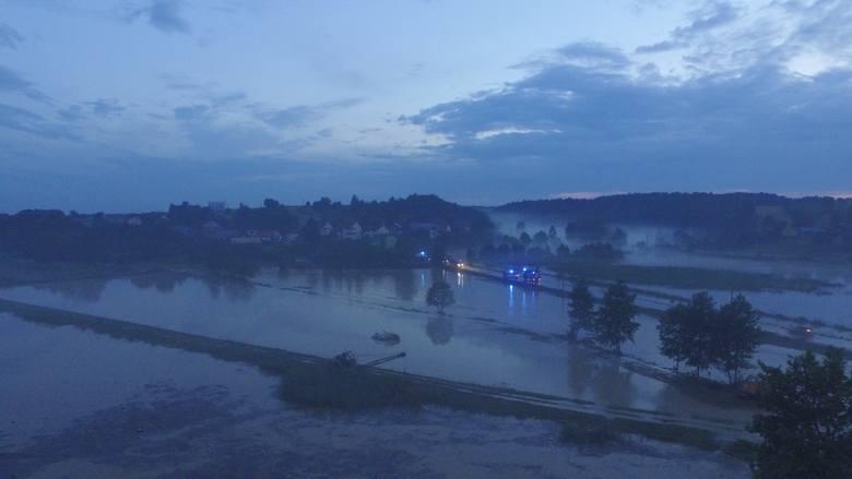 Wierzchowiska koło Janowa Lubelskiego zalane po burzy. Ponad stu strażaków walczy z żywiołem