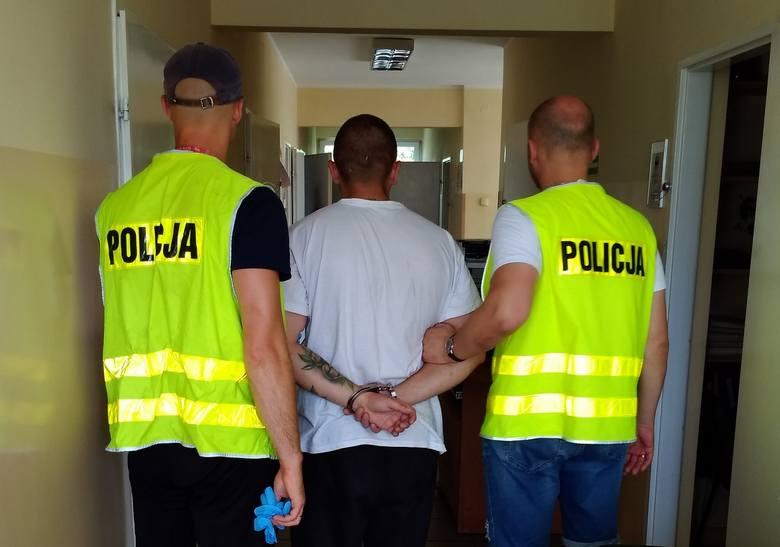 Policjanci w domu 29-letniego mieszkańca bydgoskiego Błonia znaleźli ponad kilogram marihuany o czarnorynkowej wartości niemal 68 tysięcy złotych. -