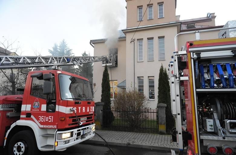 Jeden z rodziców przyjechał po swoje dziecko i zauważył dym wydobywający się z okna na pierwszym piętrze.