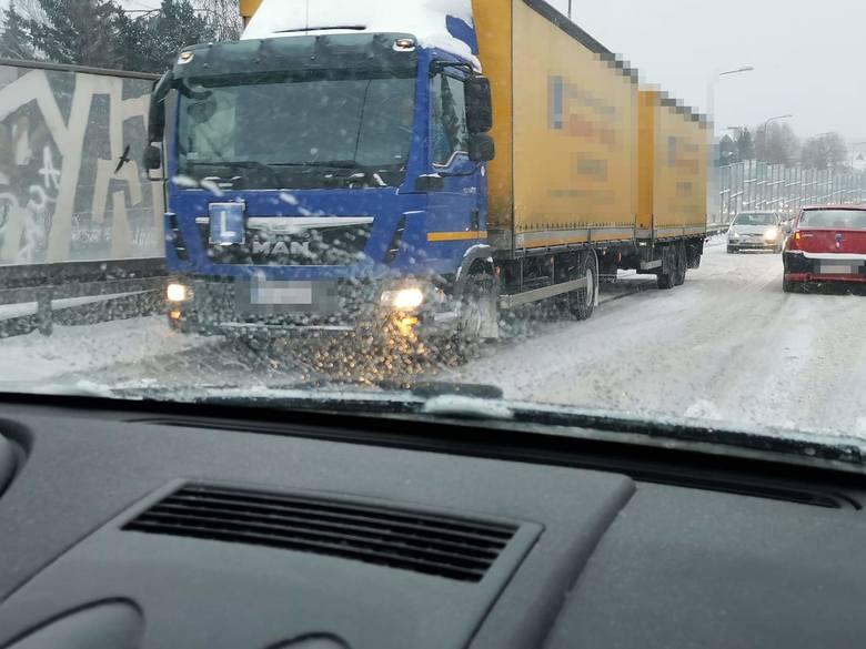 Lubuskie: fatalne warunki na drogach. Zima zaatakowała z zaskoczenie. Sporo śniegu, silny wiatr i mróz. Uważajcie na siebie!