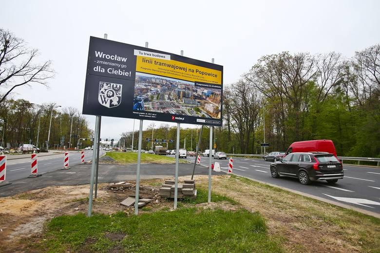 Trwa budowa nowej linii tramwajowej na Popowice. Dwa tygodnie temu wprowadzono zmiany komunikacyjne na skrzyżowaniu Dmowskiego i Mieszczańskiej.Teraz