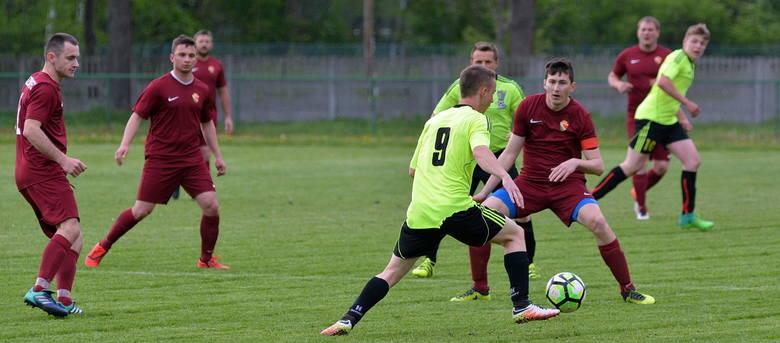 KS Dzikowiec (bordowe stroje) zrobił kolejny krok w górę ligowej tabeli piłkarskiej klasy B Rzeszów, gr. 7. W weekendowej kolejce pokonał na własnym