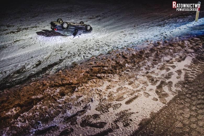 W sobotę  przed godziną 22 na drodze krajowej numer 16 w okolicach miejscowości Buniaki (powiat ełcki) z drogi wypadł i dachował samochód osobowy.Zdjęcia