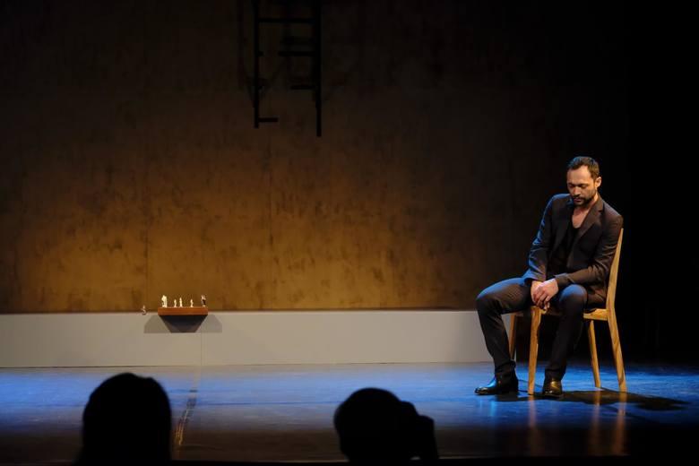 """Nagrodę za wyreżyserowanie toruńskiego spektaklu """"Natan mędrzec"""" otrzymał w tym roku Piotr Kurzawa."""