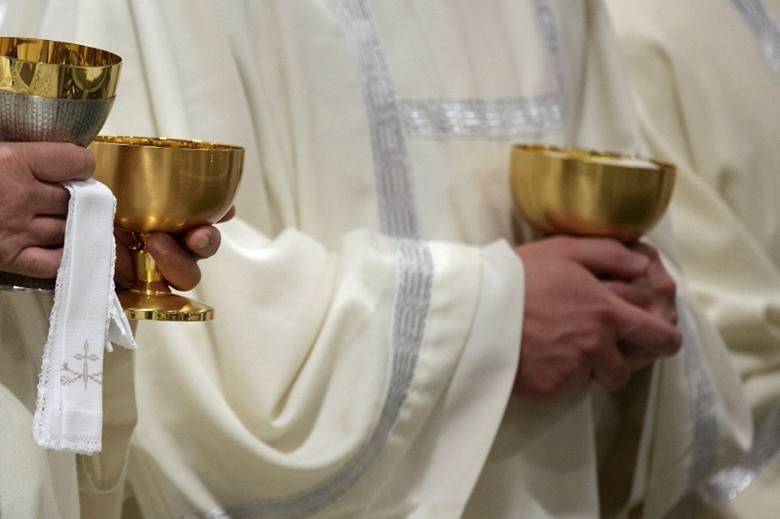 Co drugi duchowny jest katechetą w szkole. Połowa kwoty zebranej na kolędzie jest dzielona po równo na wszystkich księży w danej parafii, a druga część