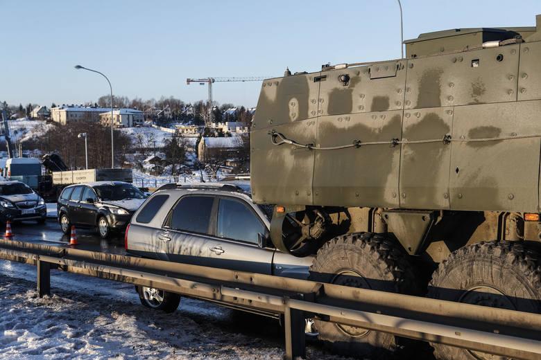Wypadek w Rzeszowie. Samochód osobowy wjechał w tył wojskowego Rosomaka. 60-letni kierowca osobowej kii został ranny.Galeria zdjęć.Więcej na temat wypadku: