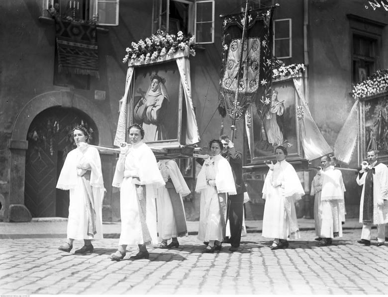 Procesja to nieodłączna część święta Bożego Ciała, które w Polsce ma bardzo długą tradycję. Zobacz, jak obchodzono je przed laty. Archiwalne zdjęcia
