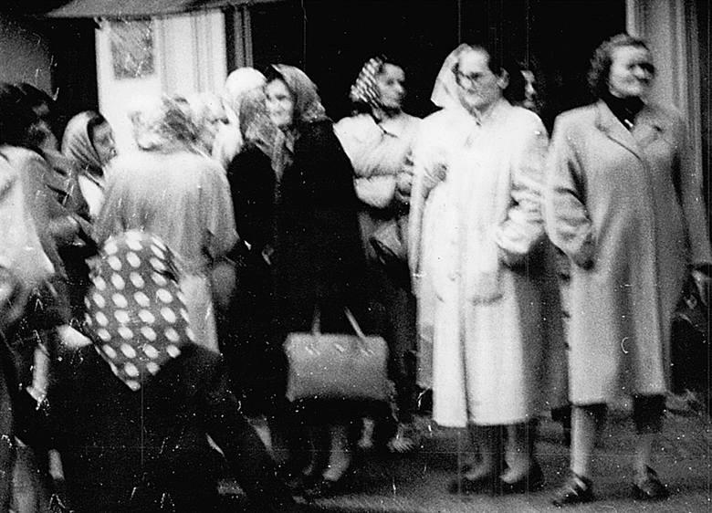 Godz. 9,00 - przed Domem Katolickim ok. 15 osób. Do Prezydium Miejskiej Rady Narodowej ruszyła delegacja, którą odesłano do I sekretarza KM PZPR Jana Gomółki. O godz. 9,50 - grupa eksmisyjna w asyście funkcjonariuszy MO usiłuje wejść do budynku, przed budynkiem było już około 200 osób.<br />