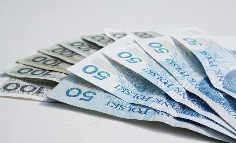 Płaca minimalna od 1 stycznia 2021 roku jest wyższa o 200 zł. Podwyżka objęła wszystkie rodzaje umów zawieranych z pracownikiem.
