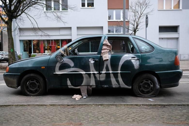 Od początku 2020 roku do końca czerwca z ulic Poznania zniknęło 477 nieużywanych samochodów. - Dzięki pracy strażników 337 z nich usunęli sami właściciele
