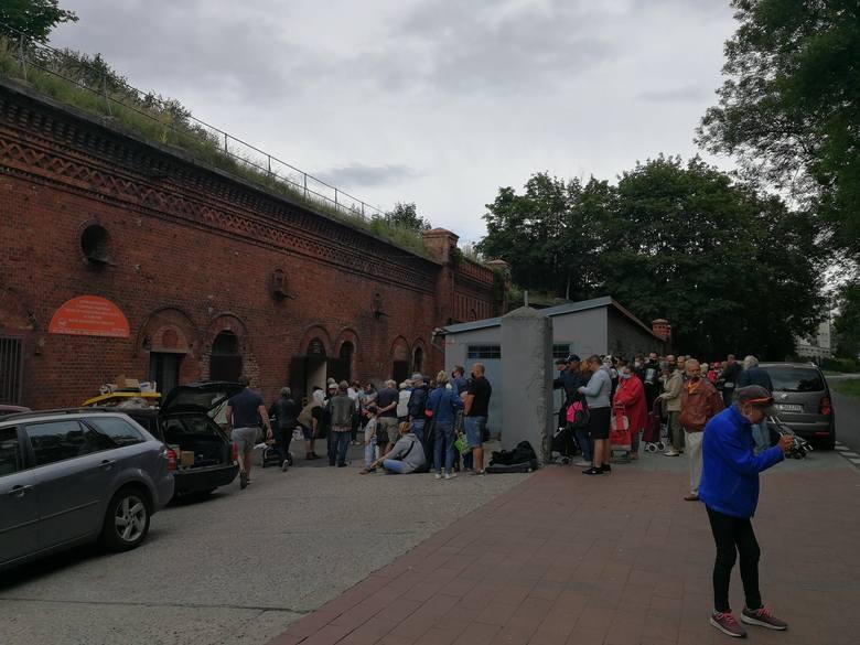 Dantejskie sceny pod Bankiem Żywności w Toruniu
