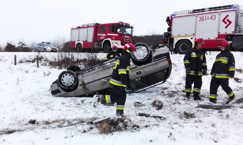Do wypadku doszło w sobotę o godz. 8 na drodze między Hermanowicami, a Kupiatyczami w pow. przemyskim.Kierująca oplem astra, 40-letnia kobieta straciła