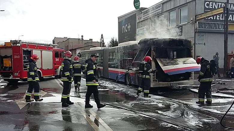 Na skrzyżowaniu ulicy Pięknej i Szubińskiej bydgoscy strażacy dogaszają autobus komunikacji miejskiej. - Wszyscy zdążyli się ewakuować na kilka minut