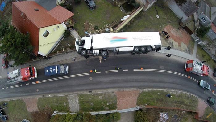 Do zdarzenia doszło w piątek 11 marca na łuku drogi w Radzyniu w gminie Sława. Przewrócił się tir wypełniony wieprzowiną.Nikomu nic się nie stało. To