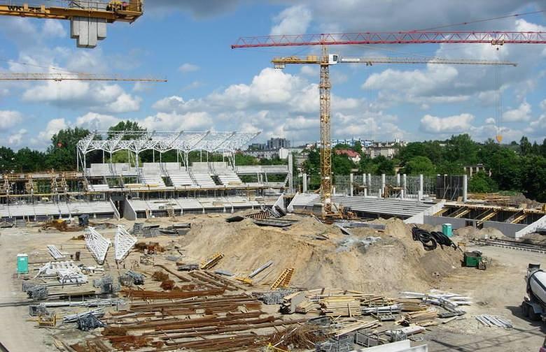 Piłkarze Korony Kielce  rozgrywają mecze na Stadionie Miejskim przy ulicy Ściegiennego. Obecnie nosi nazwę Suzuki Arena, wcześniej Kolporter Arena, czy