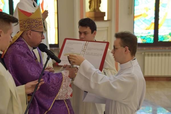 Również w niedzielę biskup łomżyński Janusz Stepnowski udzielił klerykom III i IV roku posług lektoratu i akolitatu, a także przyjął kandydaturę do święceń