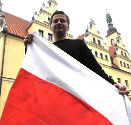 - Chcielibyśmy, by z okazji 90. rocznicy odzyskania niepodległości w oknach mieszkańców naszego miasta zawisło jak najwięcej flag - mówi dyrektor Gubińskiego