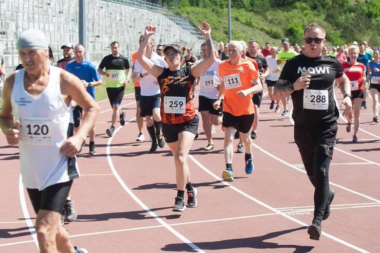 Na starcie stanęło 315 biegaczy i zwolenników Nordic Walking, a  Stadion 650-lecia wypełnili członkowie ich rodzin.Biegacze i zawodnicy Nordic Walking