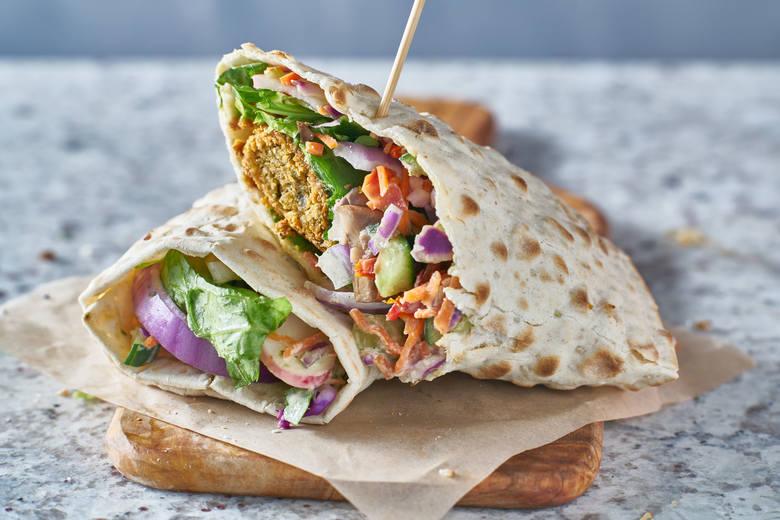 Kotleciki z ciecierzycy (często z dojrzałym bobem) to roślinna alternatywa dla kebaba, która od lat jest dostępna w oferujących go barach. Dziś falafele