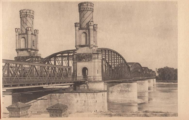 Po powrocie Torunia do Polski kojarzone z zaborami ozdoby zostały zdemontowane, wieże jednak zostały. Ich górne kondygnacje zniknęły dopiero podczas